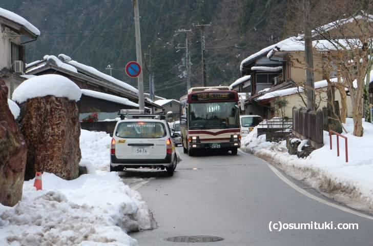 京都バス花背線は山間部の離合困難路線を走り、冬には雪が多い(十王橋バス停付近)