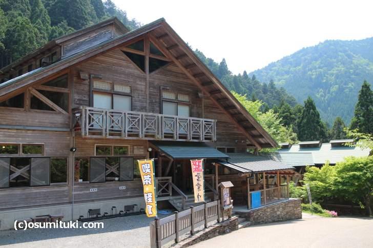 レストランがある翠峰荘(花背交流の森前バス停)