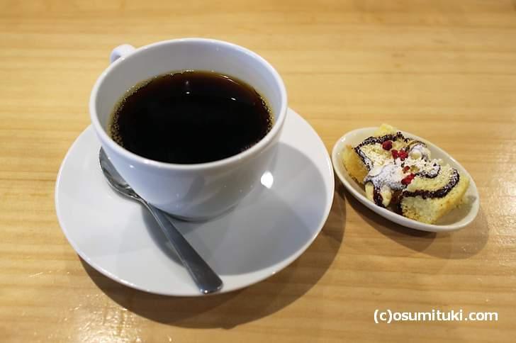 食後にコーヒーとミニスイーツをいただきます