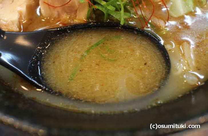 想像していたより濃い目な濃厚牛骨スープです