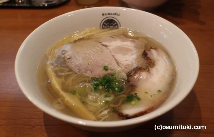 らぁ麺すぐる「塩らぁ麺」豚の出汁に魚介を合わせたスープ