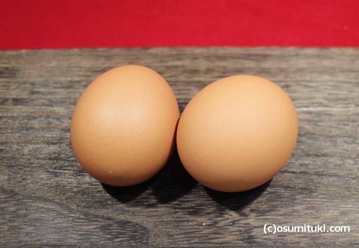 鶏舎で平飼いされる雌鶏の中に雄鶏を1割ほど一緒に飼育することで有精卵になります