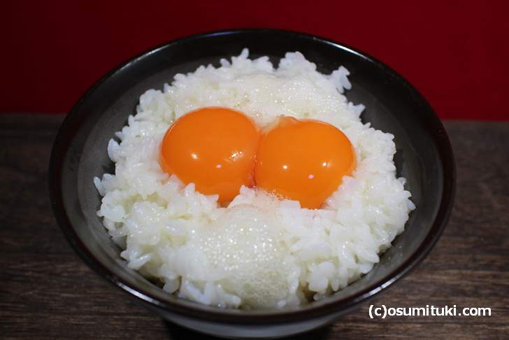 卵かけご飯に箸でひとつまみの「梅びしお」を入れると衝撃的な旨さになる