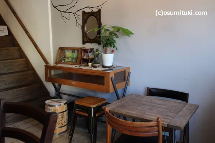 京都珈道(CODOU)店内、灰色に近い水色にニス塗り家具でデザインされていました