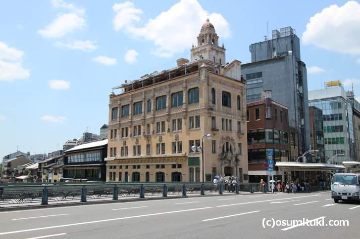京都の四条大橋、洋館が多い場所ですが、ここに洋館のパスタ専門店があるらしい