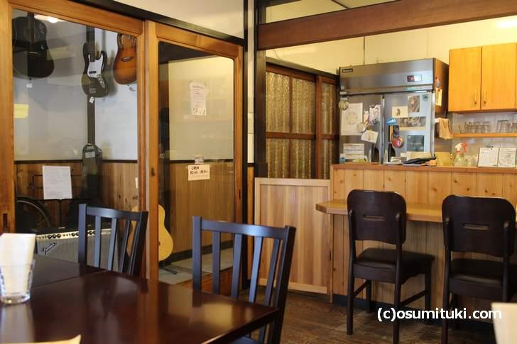 京町家を改装した開放的な店内(喫茶 SANS-SOUCI)