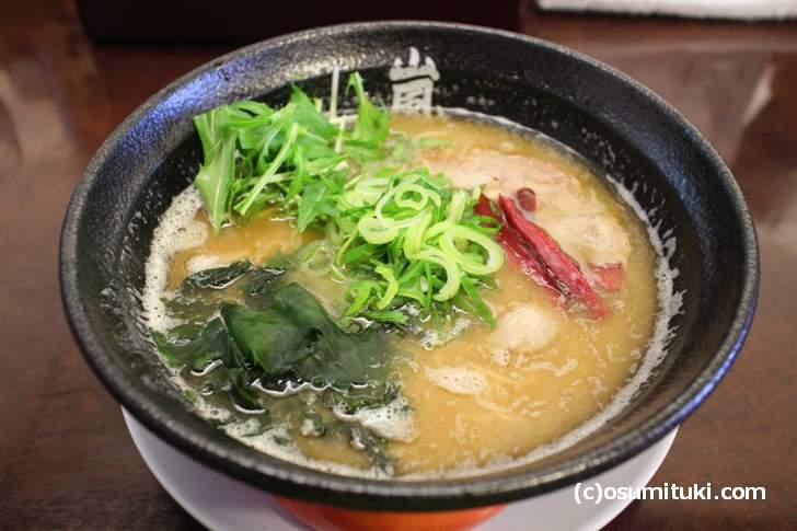 嵐らーめん(塩とんこつ)700円、チャーシュー・ねぎ・しば漬け・水菜・わかめ
