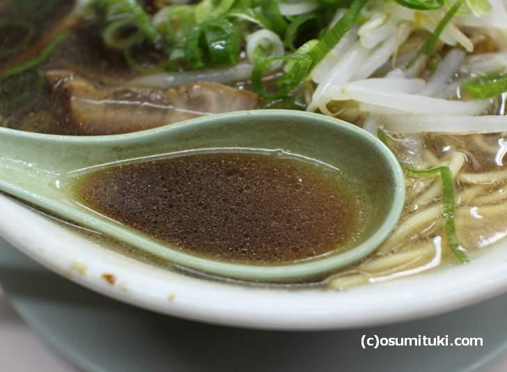 これが「妙心寺ブラック」ラーメン、醤油辛さはなく出汁の風味が広がるスープ
