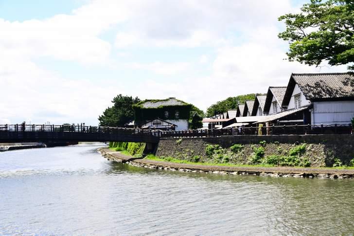酒田港から北前船まで、米の品質をいかに保つかを考えて設計された「山居倉庫」