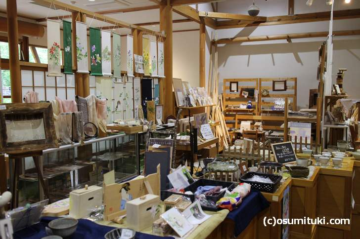 上川隆也さんが撮影したのは、ウッディ京北の屋内右奥「雑貨コーナー」