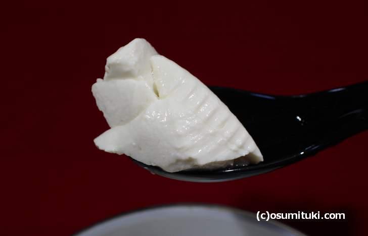 賀茂とうふ近喜「おぼろ豆腐」そのまま何もつけずに食べてください