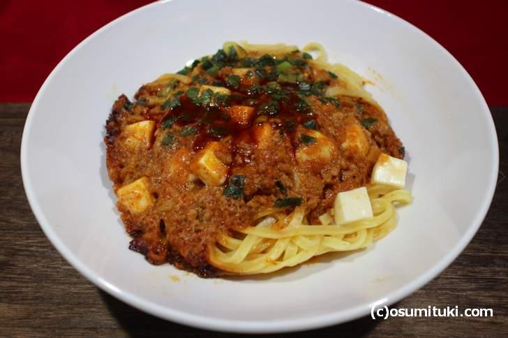 「麺、肉みそ、ニラ、豆腐」に太麺(混ぜる前)