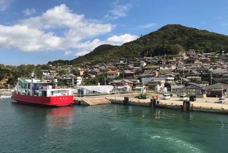 漁師yado民宿さくらがある男木島の港、連絡船「めおん」で渡航することができます