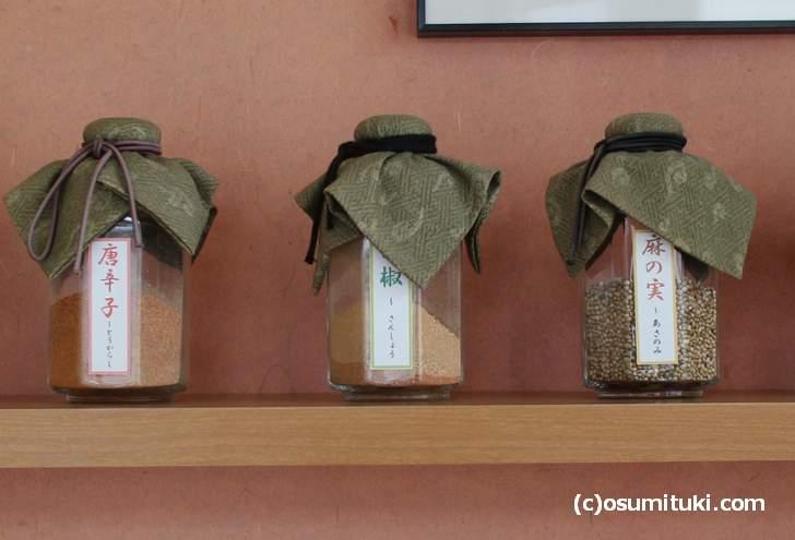 京都の七味の特徴は「山椒」などで香りを重視して辛味は控えめ(写真は長文屋)