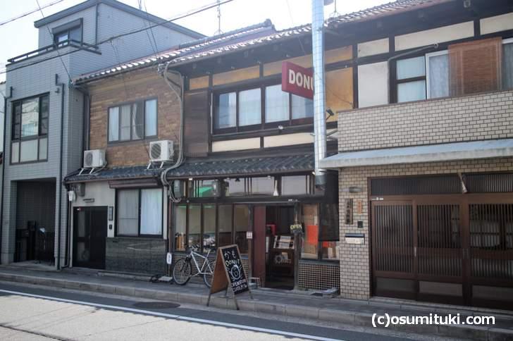 カモDONUTさんは、京町家のドーナツ屋さんなのでノスタルジック感強めです