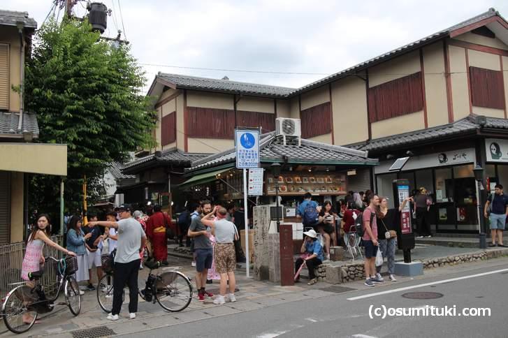 竹林の小径へ入る道、この界隈で食事をする外国人観光客が目立ちます