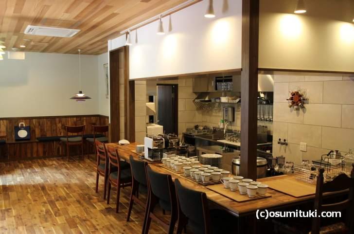 オープンキッチンのカウンターには7席ほど、他にテーブルが設置されるようです
