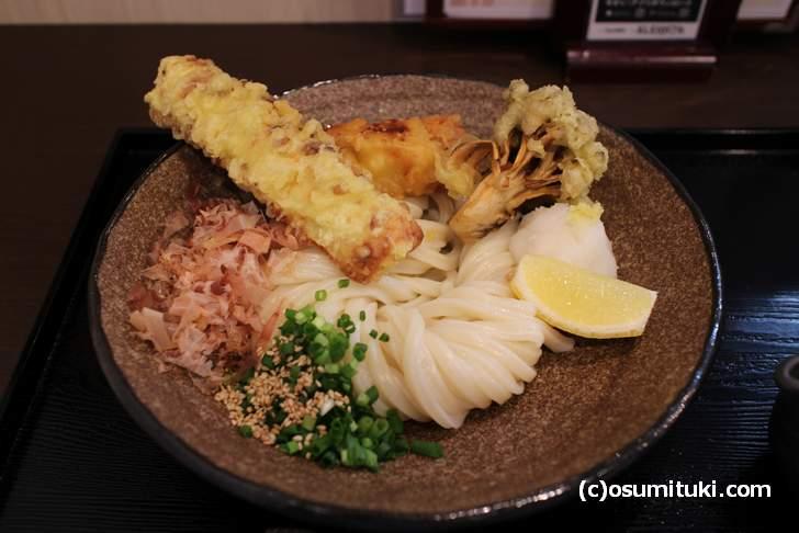 ちくわ、かしわ、舞茸の天ぷらが絶品の「ぶっかけうどん」(うどん馳走 山石土平)