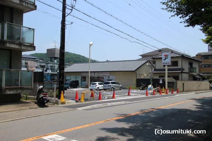 上賀茂神社の近く、鴨川沿いにセブンイレブンが開店準備中