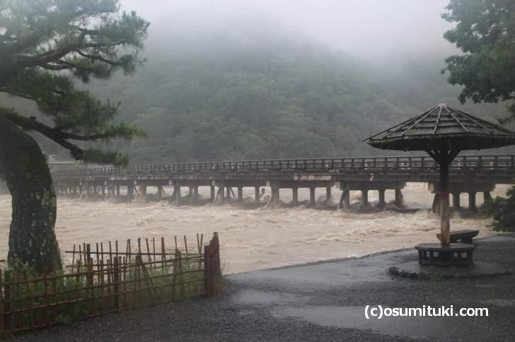 京都・嵐山の渡月橋、濁流の様子(2018年7月6日12時22分撮影)