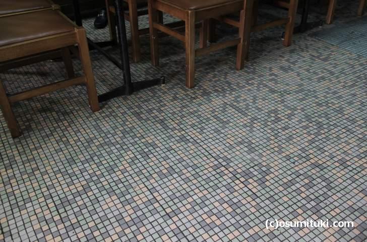 床に豆タイルが敷いてあります(モザイクタイル)