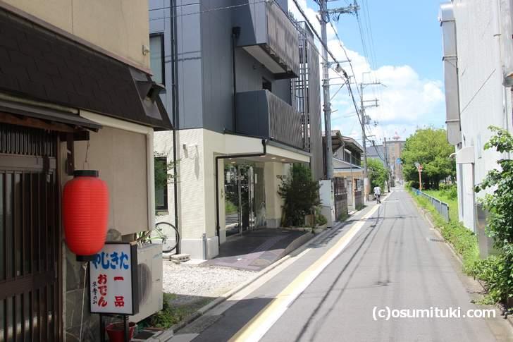 京都・東九条にある「HOTEL SHE, KYOTO」細い道に面しています