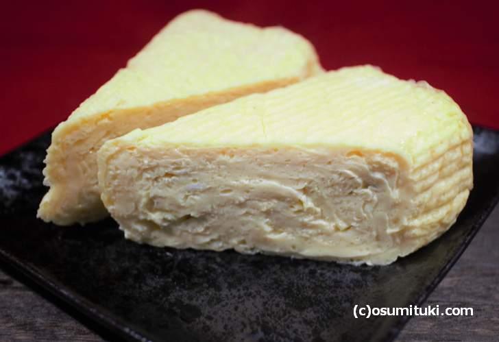 キメの細かいだし巻き卵で、京都の定番である「鰹と昆布の出汁」で作られています