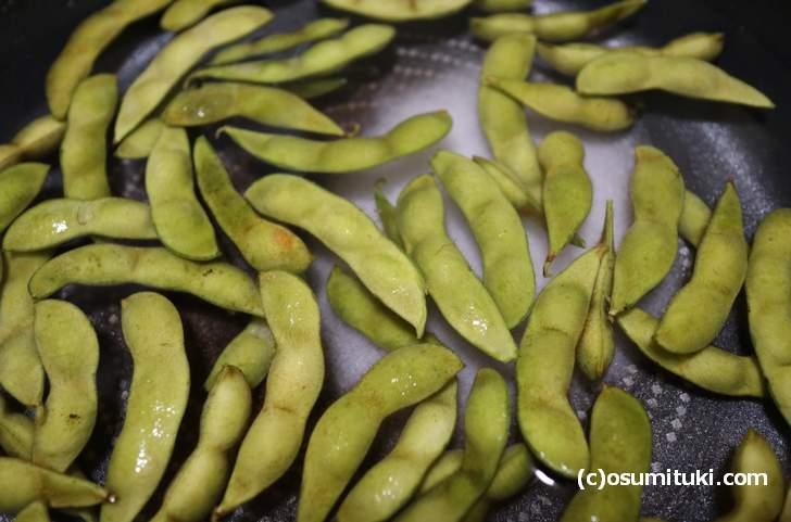 フライパンの半分くらいの水に大量の塩を入れて枝豆を茹でます