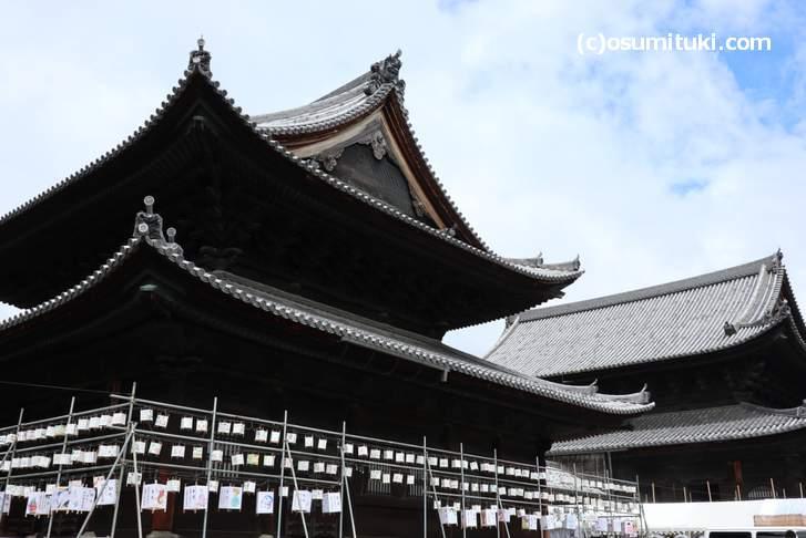 妙心寺の「灯籠供養」、夜になるとライトアップされて屋台も出ます