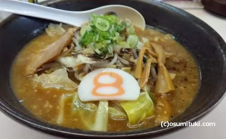 京都の「8番ラーメン 京都吉祥院店」で食べた8番ラーメン、カマボコに8と書いてあるのが特徴