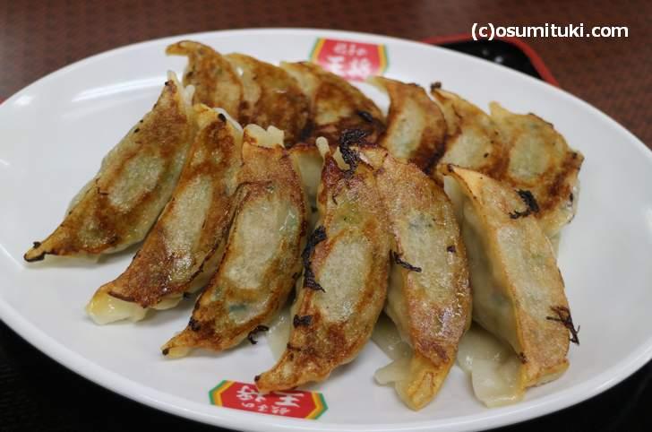 餃子は餃子の王将ではコーテルと呼ぶ、昔は「扁食 (ヘンシー)」と呼ばれ、昭和初期に「餃子」となり戦後に「ギョーザ」と発音されるようになる