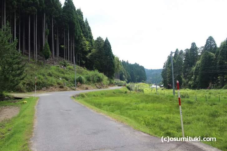 国道477号を通り「百井集落」に入った風景、山間部の細長い集落です