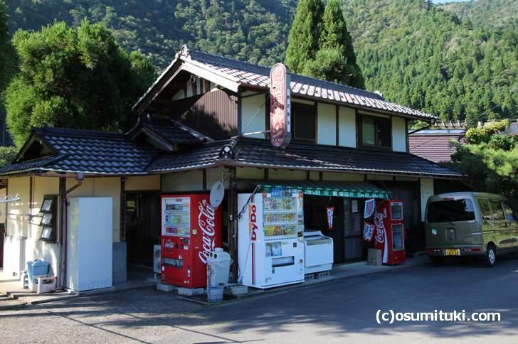 京都に昔あったパン屋チェーン「西湖堂パン(バードパン)」の看板も残っている美山