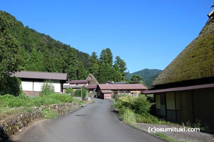 美山 かやぶきの里では集落内を歩き回ることができます