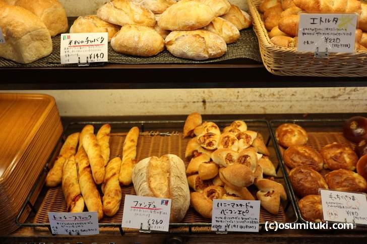 値段は100円台のパンが多く、中には300円未満の大きなパンもあります(レ・フレール・ムトウ)