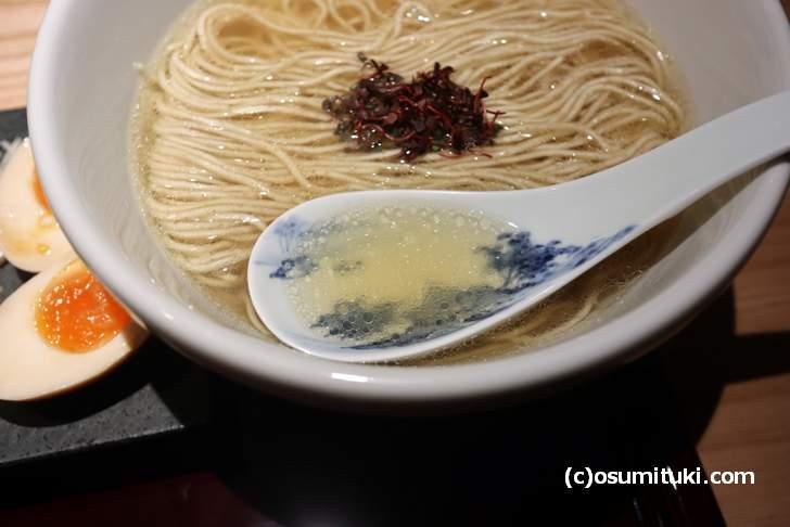 スープは鯛出汁で、芳醇な香りがラーメンから漂ってきます