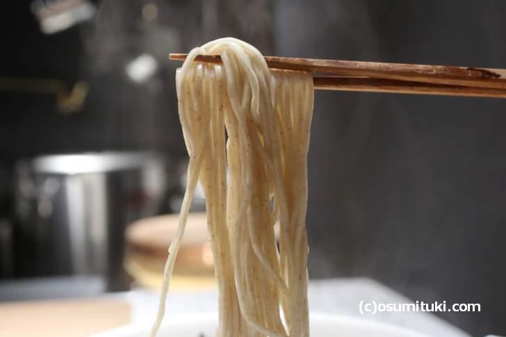 麺は細めのストレート、京都らしいパツンパツンした麺です
