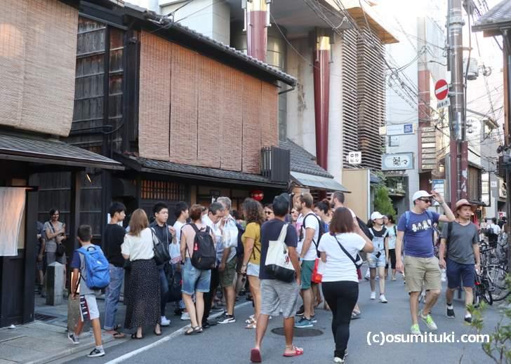 有名な祇園の餃子専門店「歩兵」は開店前から大行列です