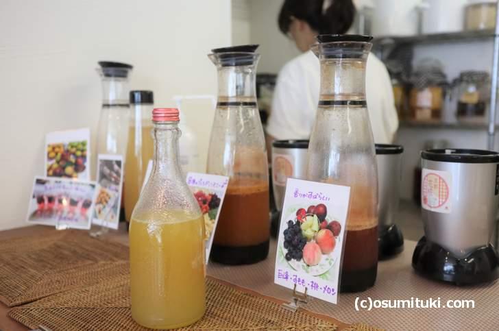 果物で作った酵素ジュースや甘酒・味噌・糀が並ぶ店内(花糀)