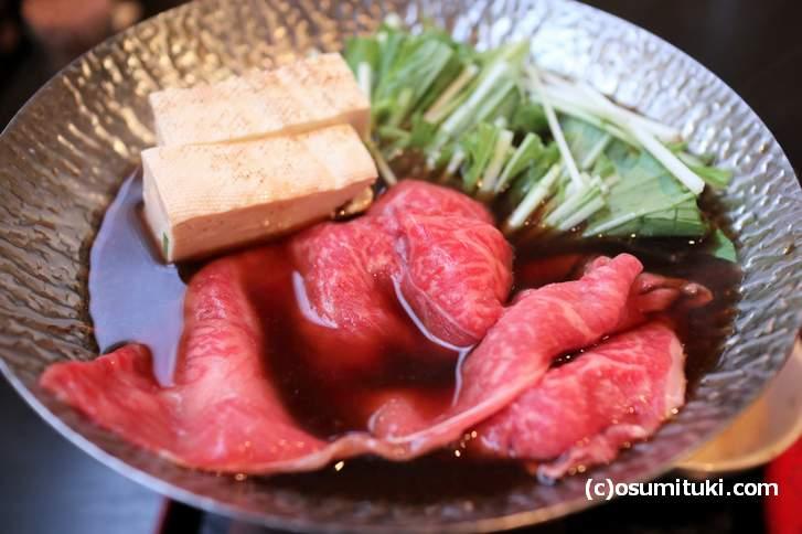 鍋に水菜と豆腐と牛肉を煮て食べます