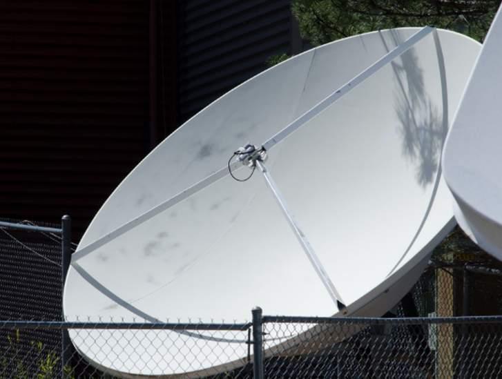 電波反射には二台のパラボラアンテナを使うこともあります