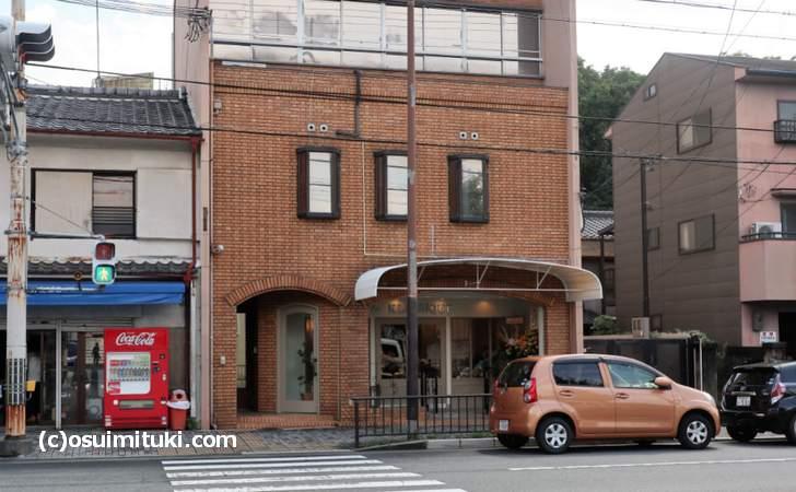 ラ・クラシックは、下鴨神社の駐車場(下鴨本通沿い)から南へ徒歩3分くらいの場所