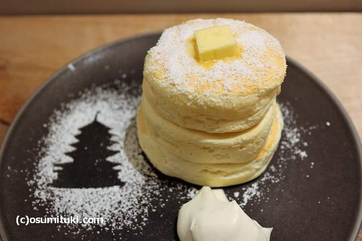 こちらが名物の「リコッタチーズパンケーキ(1200円)」