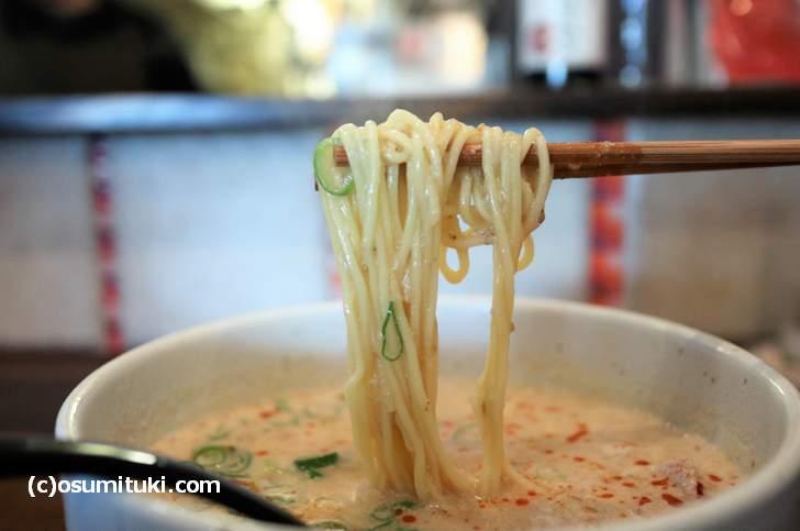 細麺に鶏ガラ出汁のゴマスープが絡みつきます
