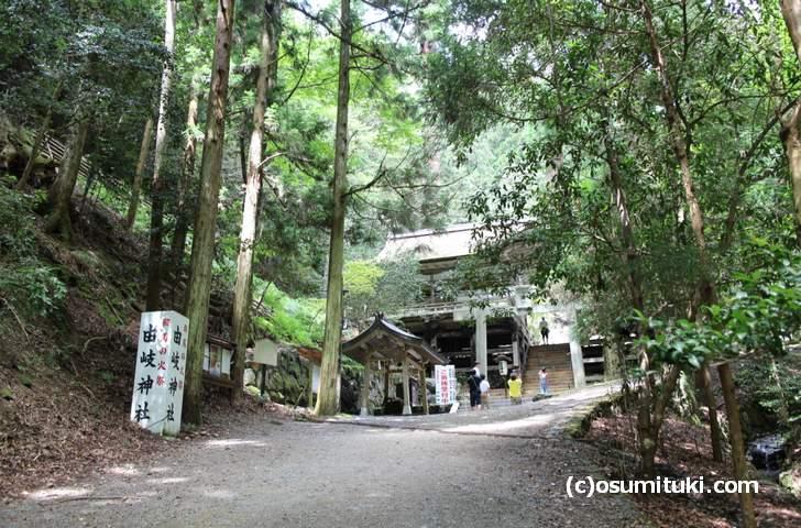 歩く場合は重要文化財の「由岐神社」を通ります