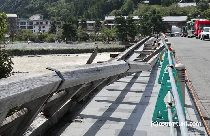 台風21号で倒れた渡月橋の欄干(2018年9月5日撮影)