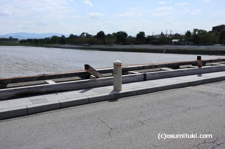 渡月橋の欄干は木造で根元から折れていました(2018年9月5日撮影)