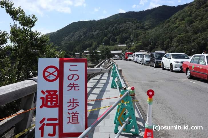 嵐山の渡月橋はしばらく片側通行止めです(2018年9月5日撮影)