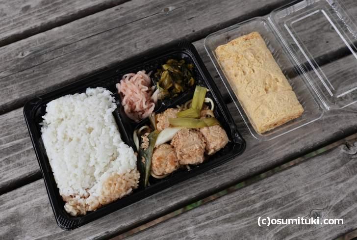 左:弁当(実質100円)、右:出汁巻き玉子(400円)