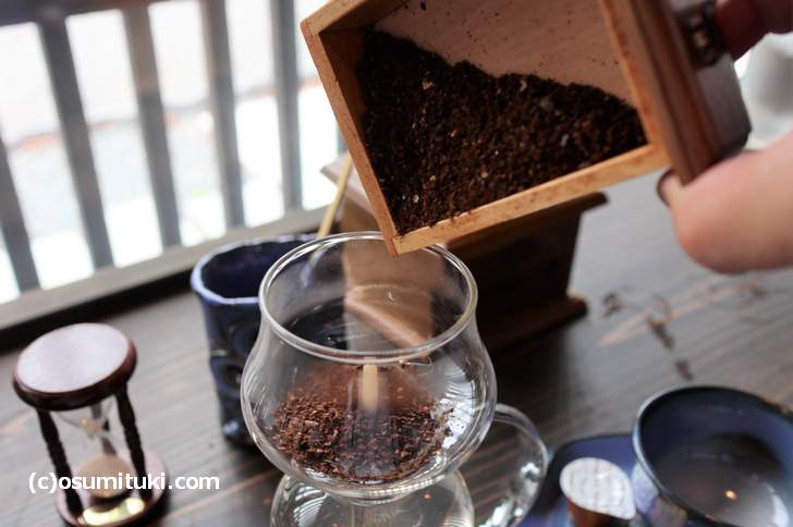 サイフォンの蓋をとってコーヒー豆を投入(投入後にフタはしません)